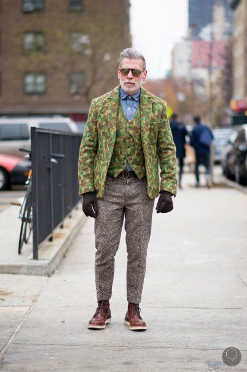 迷彩のテーラードジャケットでカジュアルダウン