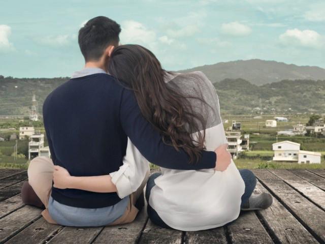 景色を見ているカップル