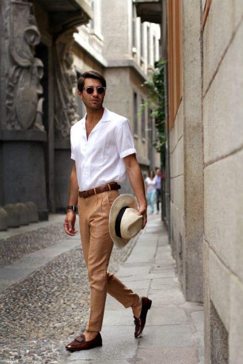 白のオープンカラーシャツにベージュのチノパンを合わせた夏コーデ
