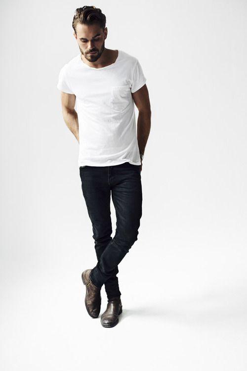 白Tシャツに黒のスキニーパンツを合わせた夏コーデ