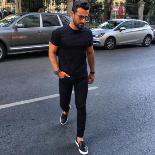 黒Tシャツに黒パンツを合わせた全身黒コーデ