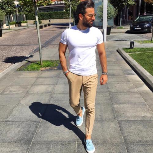 白Tシャツ×ベージュパンツを合わせた夏コーデ