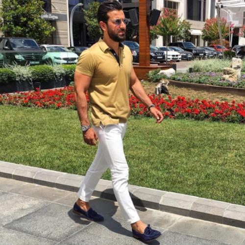 キャメルポロシャツに白パンツを合わせた夏コーデ