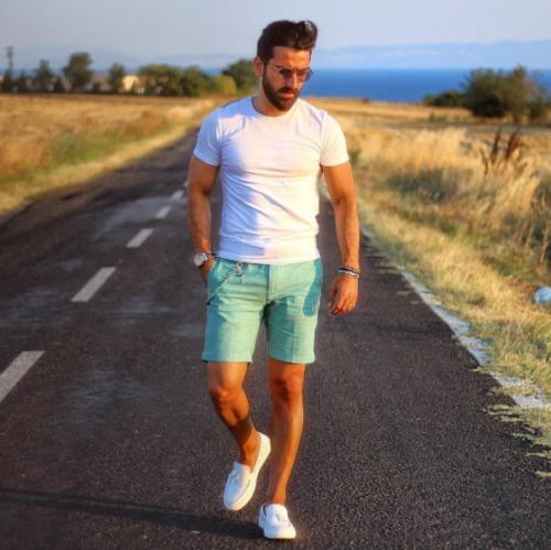 白Tシャツにグリーンショートパンツを合わせた夏コーデ