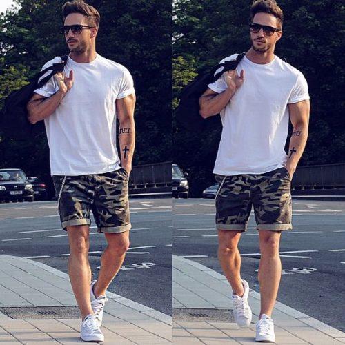 白Tシャツに迷彩のハーフパンツを合わせた夏コーデ
