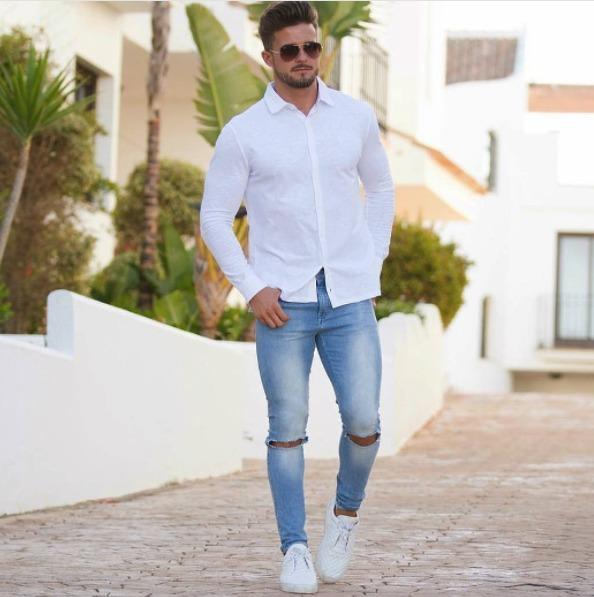 白シャツ×ダメージデニムパンツ