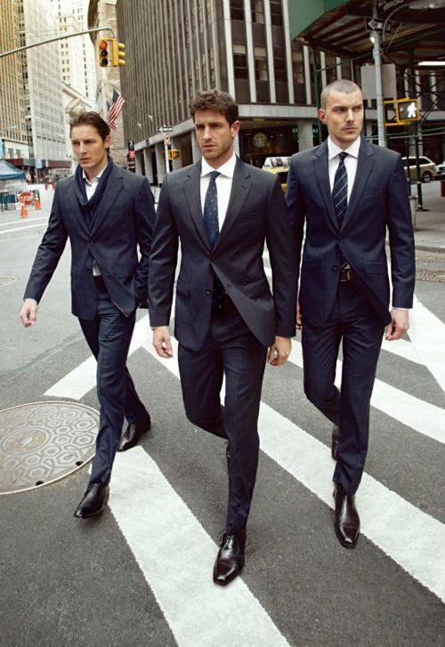 黒スーツは黒シューズで締める
