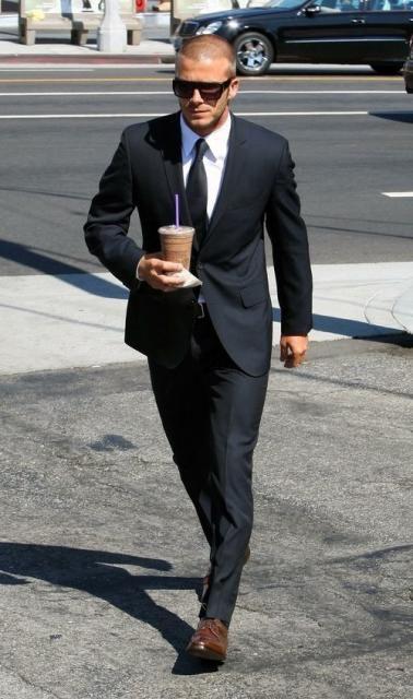 黒スーツに暗めのブラウン