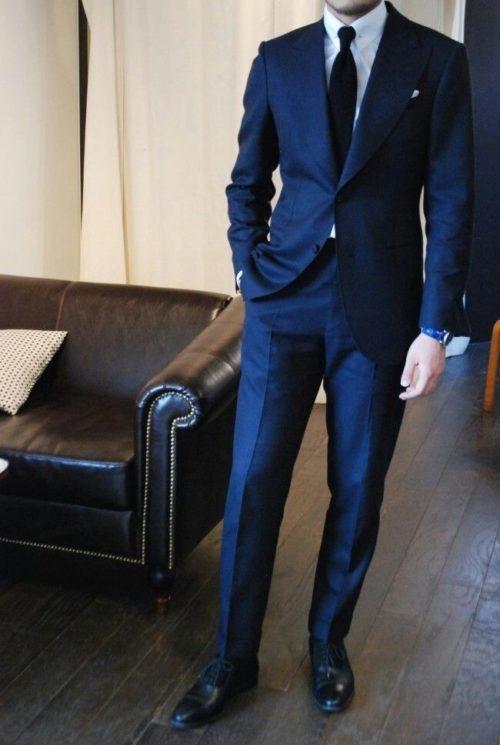 ネイビースーツと黒の靴