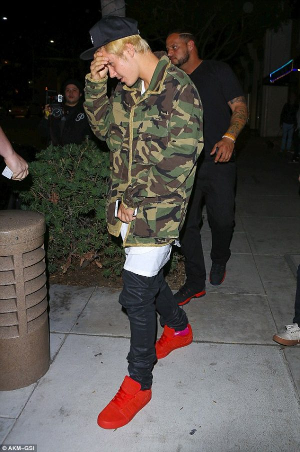 247F0CB000000578-2901532-Justin_Bieber_stepped_out_for_dinner_on_Wednesday_night_at_Sugar-m-12_1420702065663