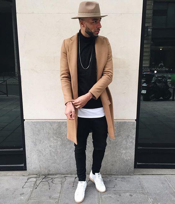 キャメルのチェスターコートを着た男