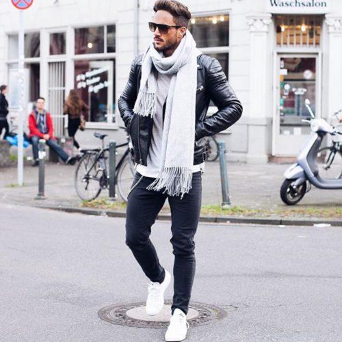 黒のダブルライダースジャケット×黒パンツ