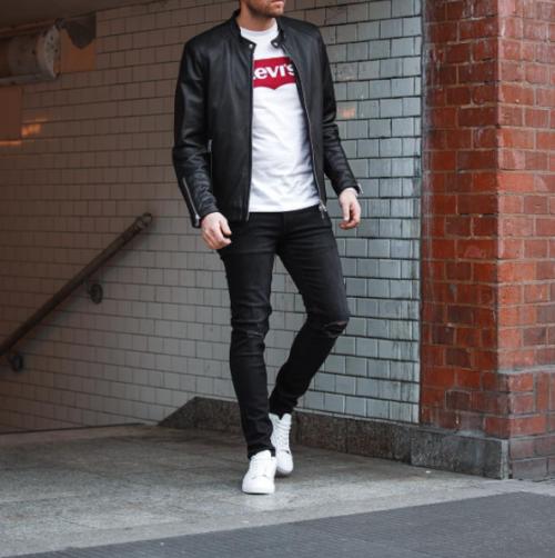 リーバイスTシャツ×黒デニムパンツ