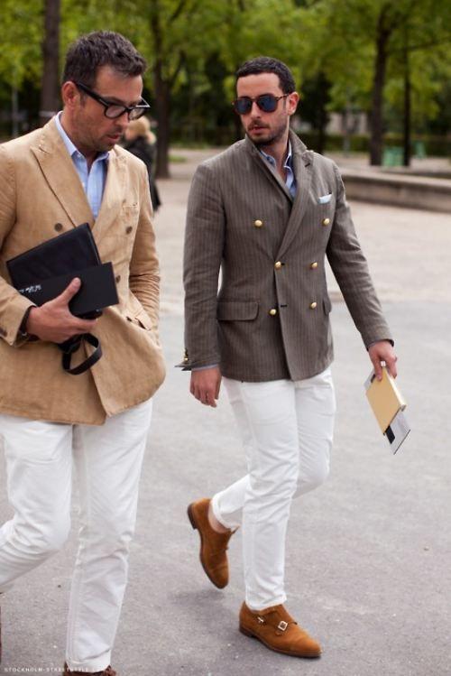 ブラウンジャケット×ホワイトパンツ