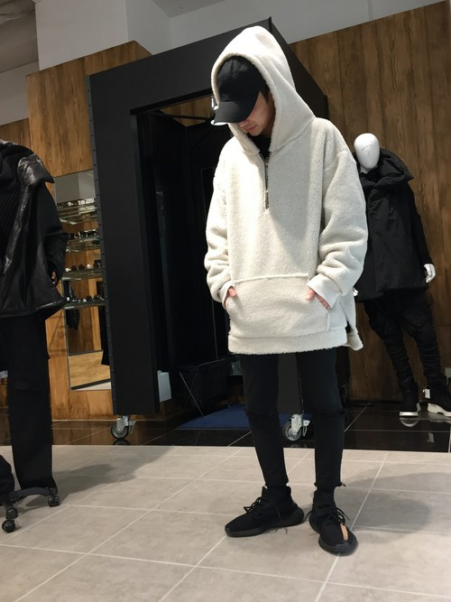 白のボアパーカー×黒スキニー