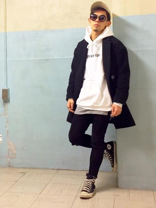 黒チェスターコート×白パーカー