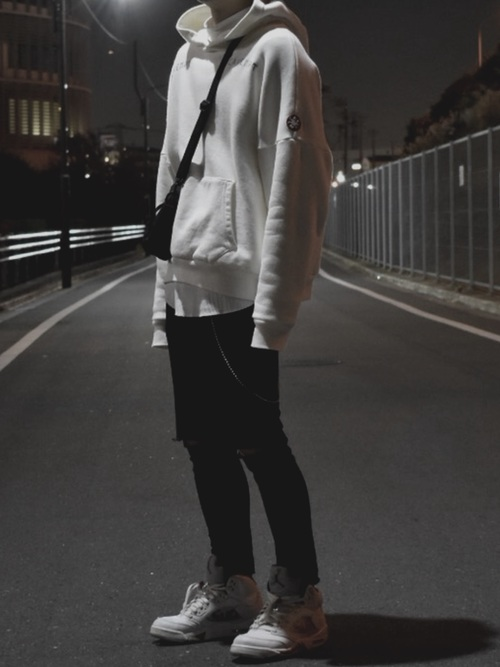 黒スキニーパンツ×白パーカー