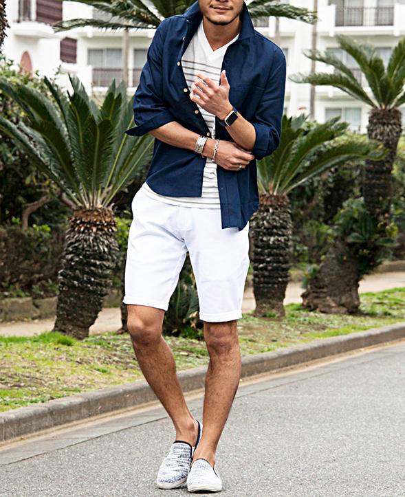 ネイビーシャツと白ハーフパーンツ