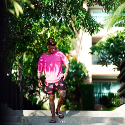 ピンクのTシャツが夏らしい海辺ファッション