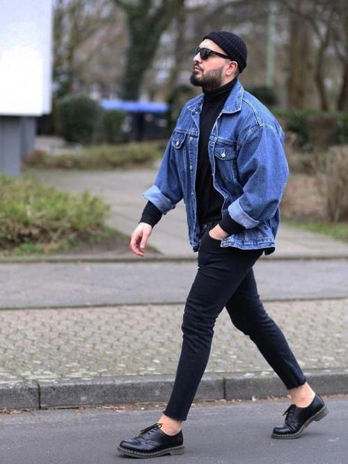 デニムジャケットを着用した冬コーデ