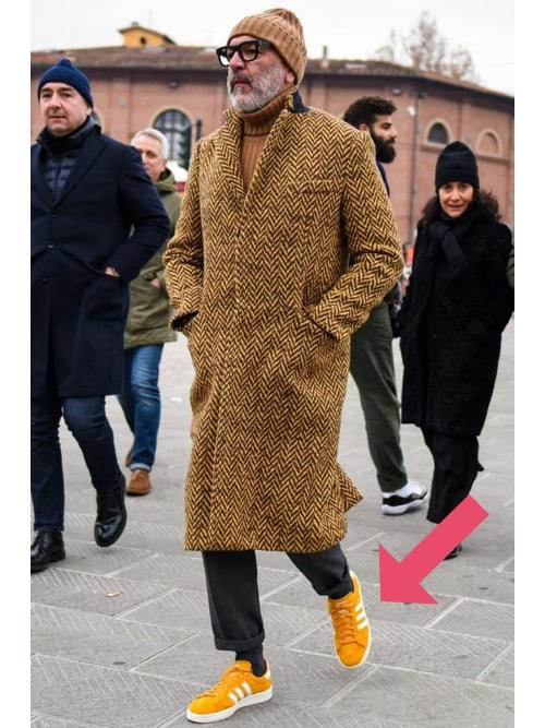 黄色のスニーカーを履いた冬コーデ