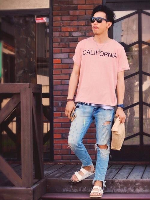 薄いピンクのTシャツが春っぽさを演出