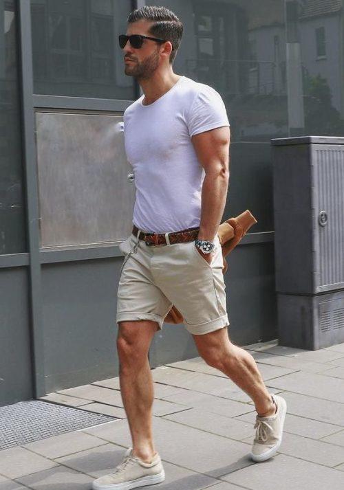 ベージュの膝上丈のショートパンツを履いた男