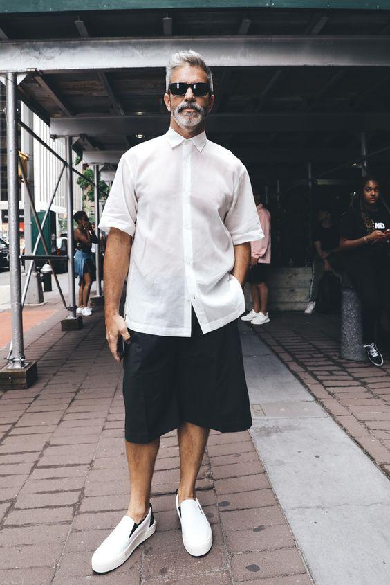 丈が長いショートパンツを履いた男性